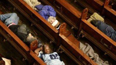 Foto de Igreja nos EUA abre as portas para pessoas em situação de rua dormirem.