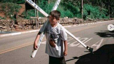 Foto de Menino carrega cruz para ter o amor da mãe, após ser a abandonado