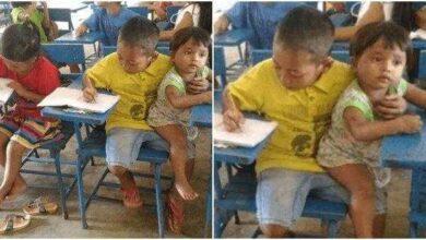 Menino de 7 anos leva irmão menor à escola para não faltar na aula
