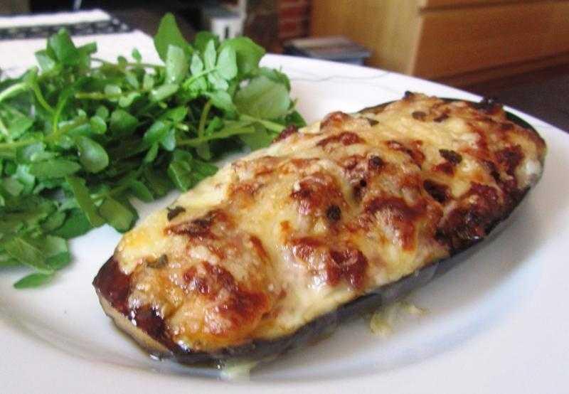 Berinjela recheada com frango e queijo