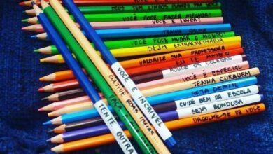 Foto de Mãe cola frases de incentivo nos lápis de cor da filha e emociona