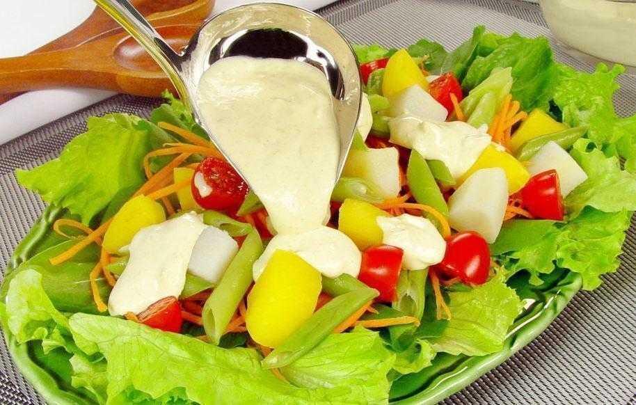 Salada com molho de queijo