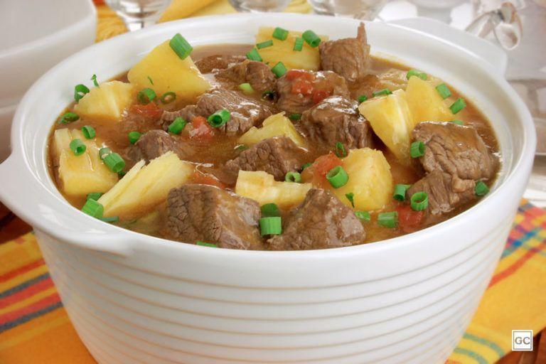 Sopa cremosa de costela com mandioca deliciosa