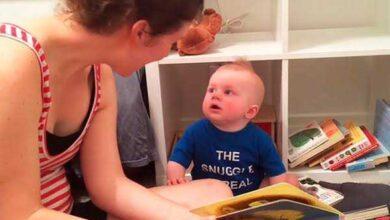 Foto de Bebê apaixonado por livros chora toda vez que uma história termina