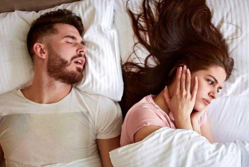 Dormir com quem ronca pode prejudicar a sua saúde