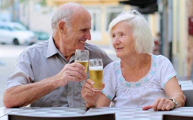 Estudo afirma que beber cerveja e café aumentam as chances de chegar aos 90 anos!