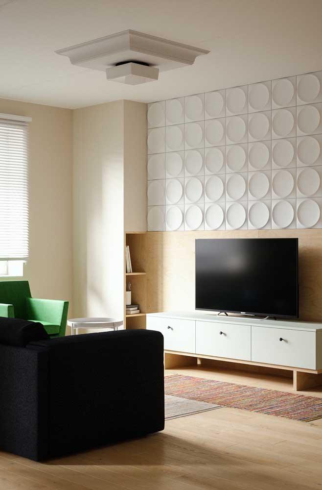 Veja como o papel de parede faz uma grande diferença na decoração da sala de TV pequena.