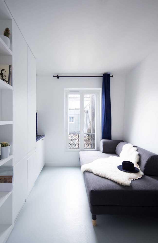 Você consegue perceber uma sala de TV pequena e aconchegante?