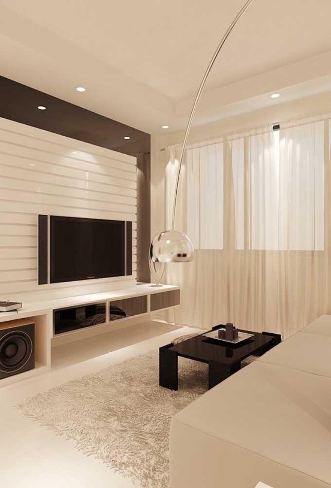 Invista em uma iluminação suave na sala de TV para proporcionar conforto ao ambiente.