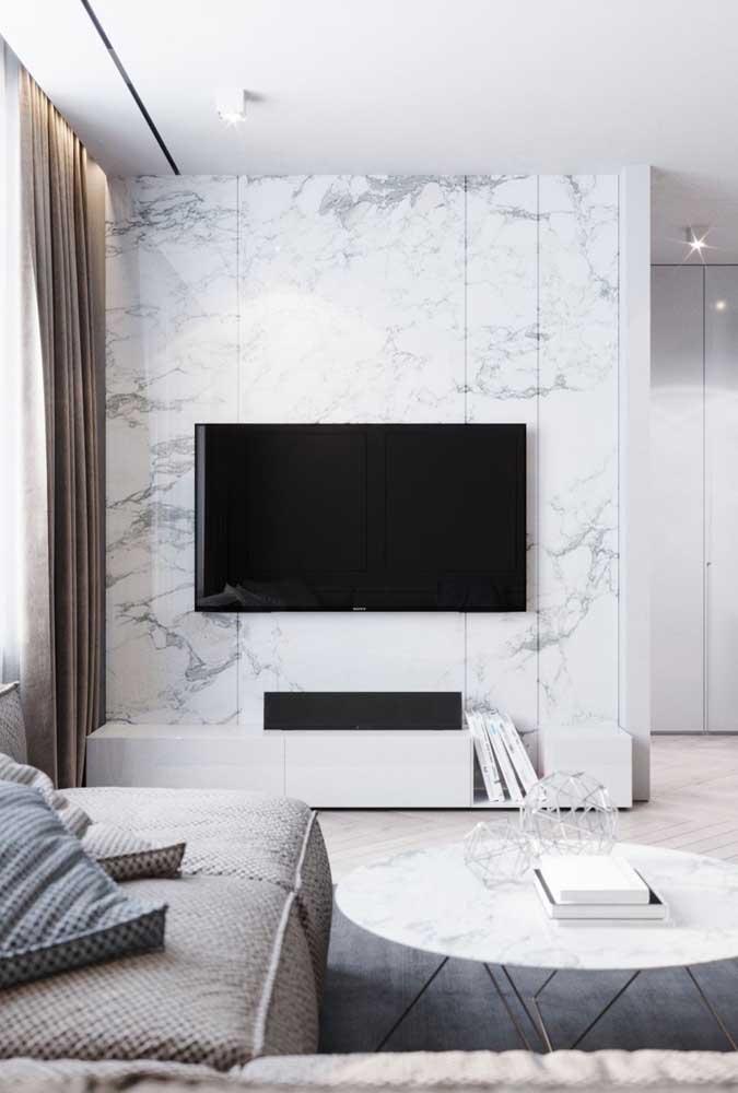 Valorize a parede da sala de TV com um belo papel de parede.