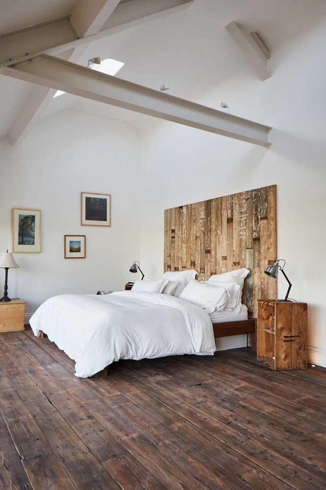 O quarto de pé direito alto apostou em uma cabeceira de pallet maior para acompanhar a dimensão da parede