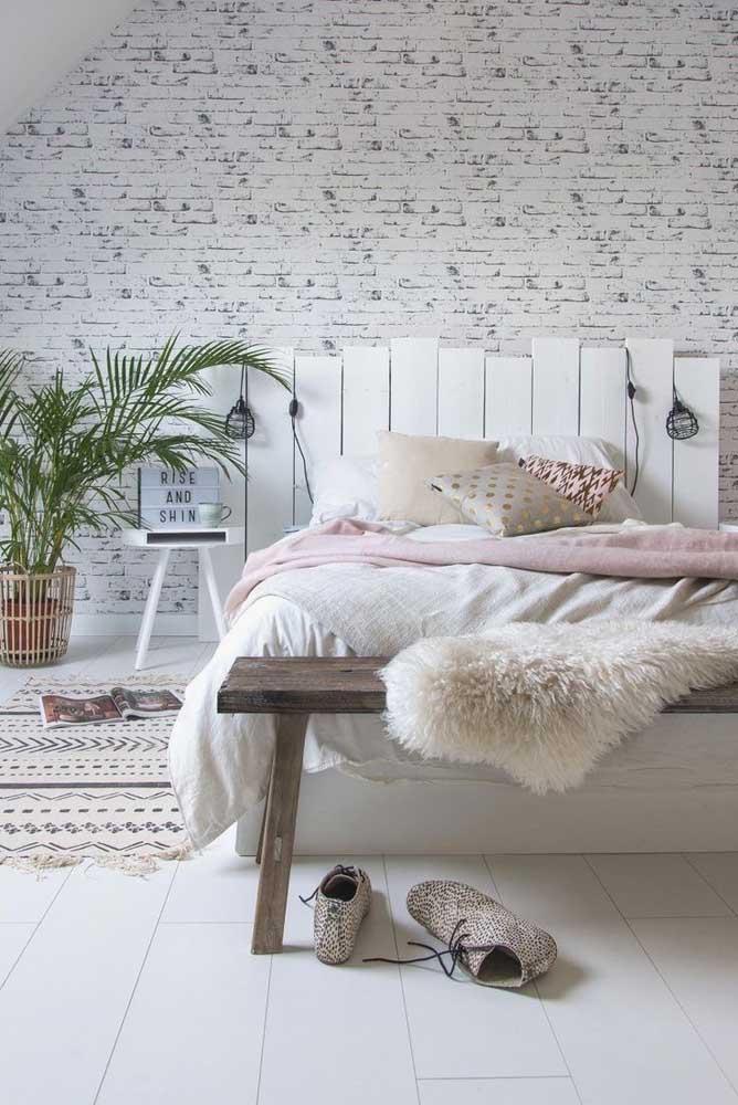Cabeceira de pallet branca para criar um efeito romântico no quarto