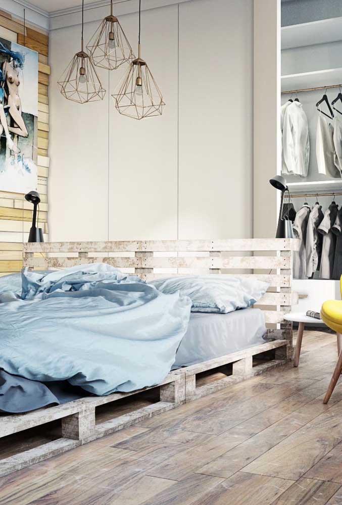 Quarto moderno e despojado com cama e cabeceira feitas em pallet