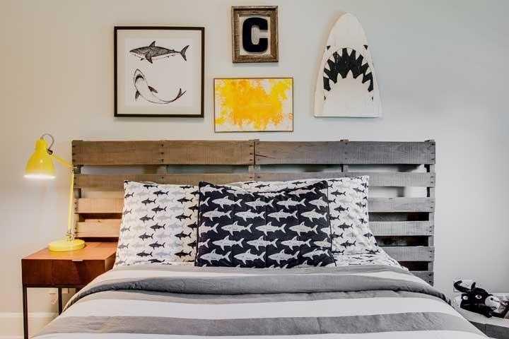 Roupa de cama combinando com a cabeceira de pallet
