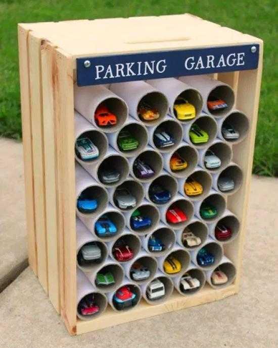Garagem com caixote e rolos de papel