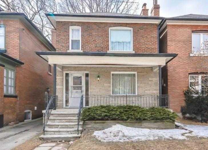 14667 1 - Uma senhora de 96 anos quer vender sua casa. O corretor não acredita no que encontrou dentro