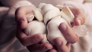 Foto de 5 Formas de tirar cheiro de alho da mão