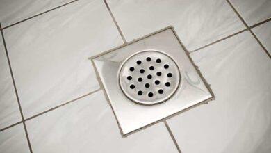Como limpar ralo de banheiro e evitar o mau cheiro