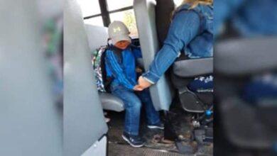 Foto de Motorista de ônibus escolar não sabia que tinham tirado uma foto dando à mão a um menino até esta viralizar