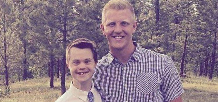 Foto de Ele pediu ao irmão mais novo com Down para ser seu padrinho: veja a reação!