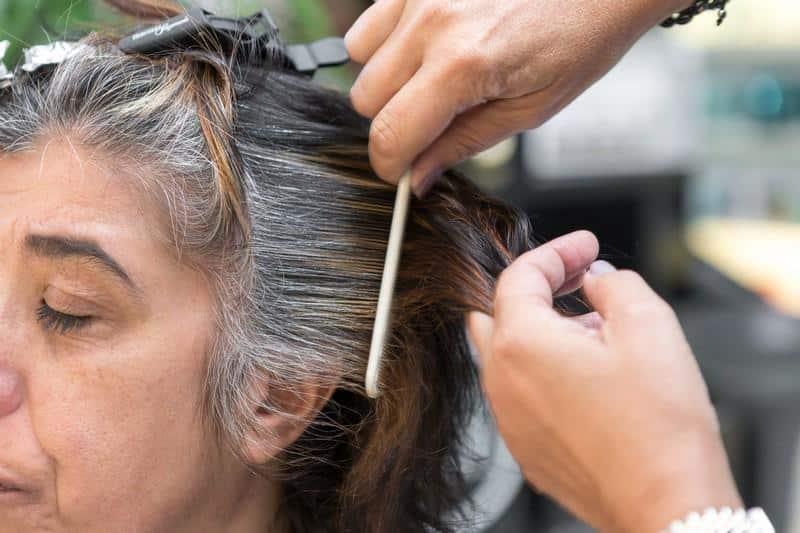 4 Dicas naturais para tingir cabelos grisalhos
