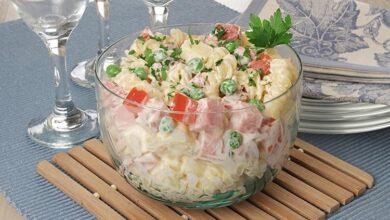 Salada de macarrão com frios. Uma delícia!