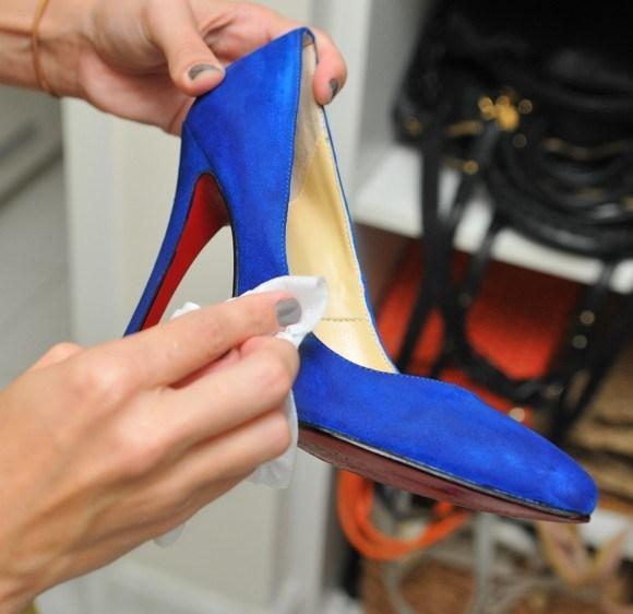 7 truques para limpar sapatos de camurça fáceis e rápidos